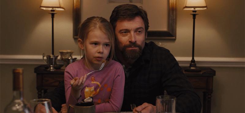 """Cena do filme """"Os Suspeitos"""" um homem e uma criança comendo à mesa"""