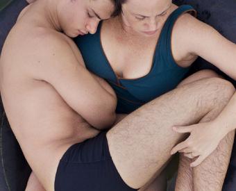 Foto divulgação filme Benzinho. Mãe deitada em uma bóia de câmera de ar com o filho (grande) no seu colo.