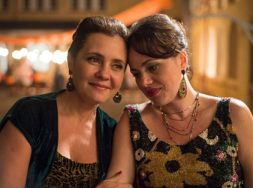 """Cena do filme """"benzinho"""". Duas mulheres sentadas lado a lado com as cabeças encostadas."""