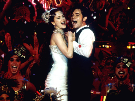 Nicole Kidman e Ewan McGregor atuando no musical Moulin Rouge