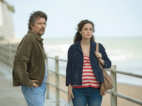Cena do filme juliet nua e crua. Homem olhando mulher enquando ela vai embora. Estão em um pier de frente para o mar.