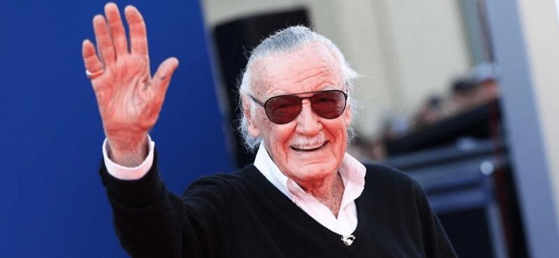 Stan Lee acenando